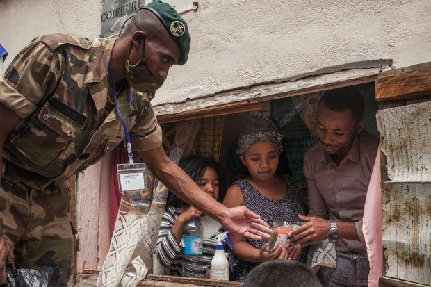 Le 22 avril à Madagascar. L'armée distribue des masques et la tisane Covid-Organics à la population.