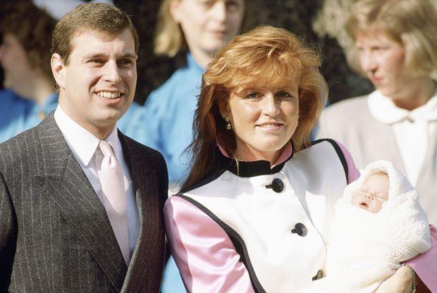 Sarah, duchesse d'York et le prince Andrew, sortant de la maternité avec leur fille Eugenie, à Londres, le 30 mars 1990.