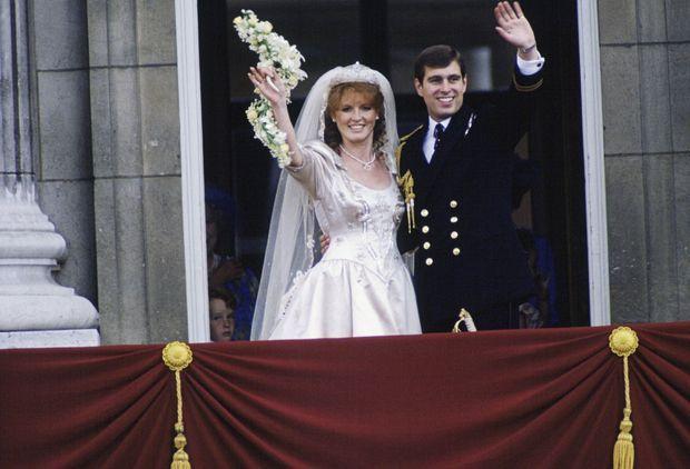 Sarah, duchesse d'York et le prince Andrew, au balcon de Buckingham, lors de leur mariage, le 23 juillet 1986.