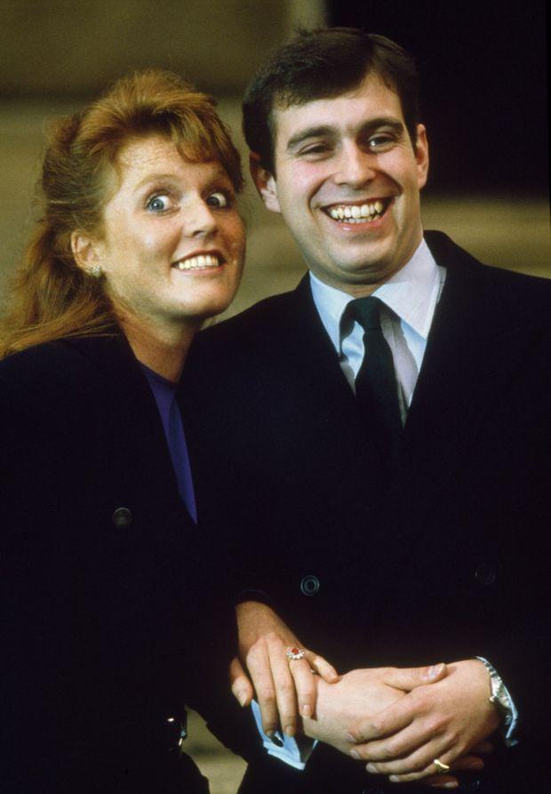 Sarah Ferguson et le prince Andrew, complices lors de l'annonce de leurs fiançailles à Buckingham, le 17 mars 1986.