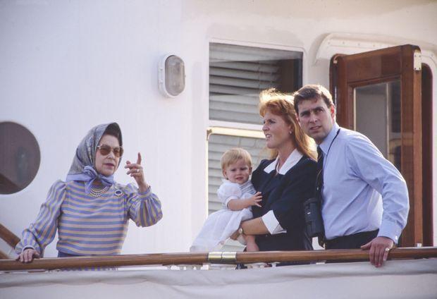 Sarah Ferguson, le prince Andrew et leur fille Beatrice en compagnie de la reine Elizabeth II, sur le Royal Yacht de Sa Majesté, le Britannia, le 4 août 1989.