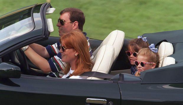 Sarah Ferguson et le prince Andrew avec leurs filles, au tournoi caritatif de golf de Wentworth, le 5 août 1996. Soit deux mois après le divorce officiel du couple.
