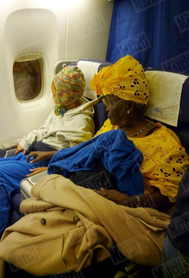 « Mama Sarah, sa grand-mère kényane, prend l'avion pour assister à l'envol de son petit-fils... En route pour l'Amérique Le trajet Nairobi-Washington via Amsterdam va prendre près de 24 heures, mais Sarah, comme Akinyi, la fille d'Auma, sont parées pour l'atterrissage. Depuis le début du voyage, elles sont placées sous la garde d'agents américains. » - Paris Match n° 3114, daté du 22 janvier 2009