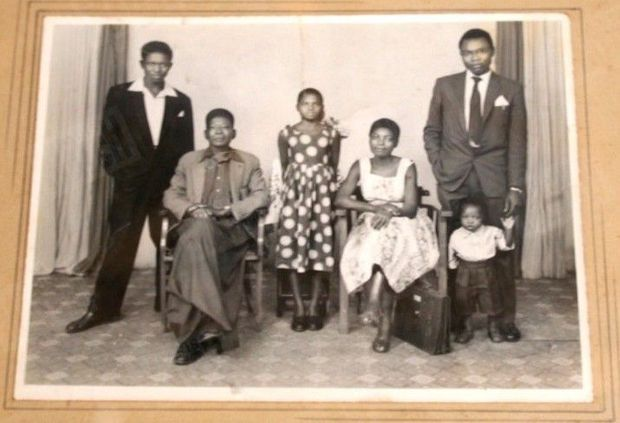 « Sarah et son mari, Hussein Onyango, avec le petit frère et la soeur de celui-ci. Le grand-père de Barack rentrait de la Seconde Guerre mondiale. » - Paris Match n°3061, 17 janvier 2008