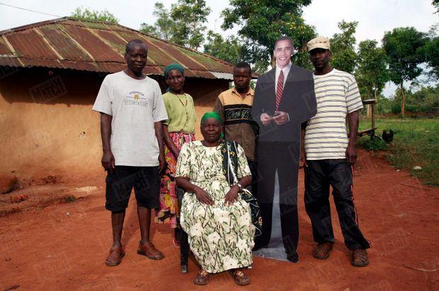 « Il ne les quitte jamais. Depuis qu'il s'est lancé dans la course à la Maison-Blanche, Obama envoie à Sarah les autocollants et autres fanions de sa campagne. A dix jours de l'élection, « Granny » ( au centre ) fait poser sa famille autour de l'icône : derrière Sarah, de g. à dr .: Said, oncle et ami de Barack Obama, Sylvia, une cousine éloignée, Rachid et Pascal, deux petits-fils de Sarah. » - Paris Match n°3103, 6 novembre 2008
