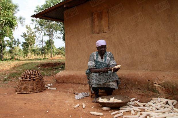 « Sarah Onyango Obama, 86 ans, devant chez elle, dans le village de Kogelo. Elle n'a pas la télévision mais elle suit la campagne électorale aux Etats-Unis grâce à la radio. » - Paris Match n°3061, 17 janvier 2008