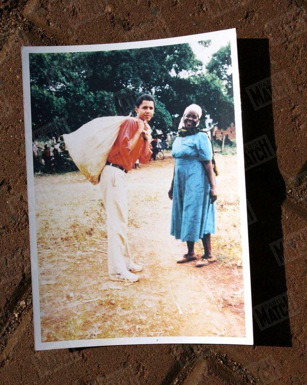 « Sarah et Barack, qui l'aide en portant un sac de choux, en 1987. C'était la première visite du jeune homme au Kenya. Son père était mort cinq ans plus tôt. » - Paris Match n°3061, 17 janvier 2008