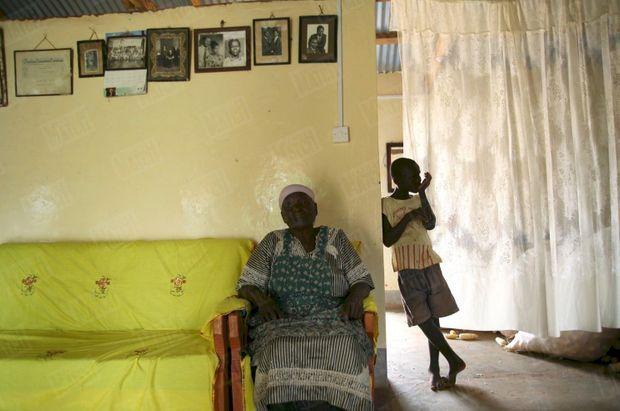 « Sarah Obama chez elle, à Kogelo. Au mur, les photos de famille. » - Paris Match n°3061, 17 janvier 2008