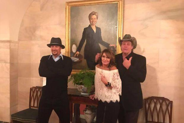 Kid Rock, Sarah Palin et Ted Nugent sous le portrait d'Hillary Clinton à la Maison Blanche.