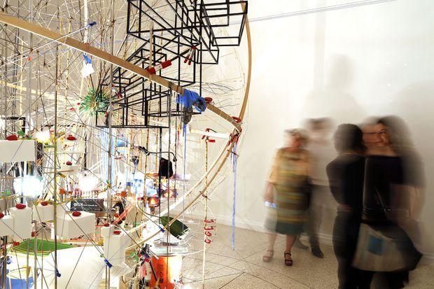 """L'artiste Sarah Sze expose son oeuvre """"Triple point"""" au pavillon des Etats-Unis."""