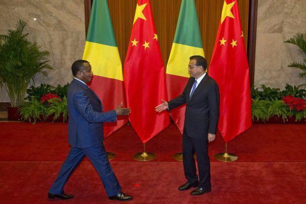 Le président congolais Denis Sassou-Nguesso accueilli par le Premier ministre chinois Li Keqiang au Palais du peuple le 6 juillet 2016