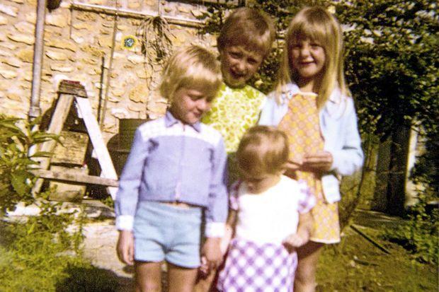 Au mitan des années 1970, la fratrie Marot : Pascal et Fabienne, la benjamine, devant Sylvie et Carole.