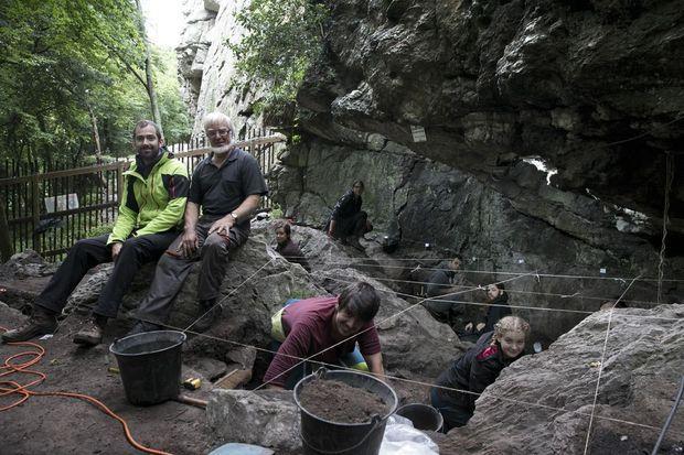 Nicolas Naudinot, directeur des fouilles, et Michel Le Goffic, archéologue à la retraite, au pied du rocher de l'Impératrice. Avec eux, des étudiants passent le sol au tamis.