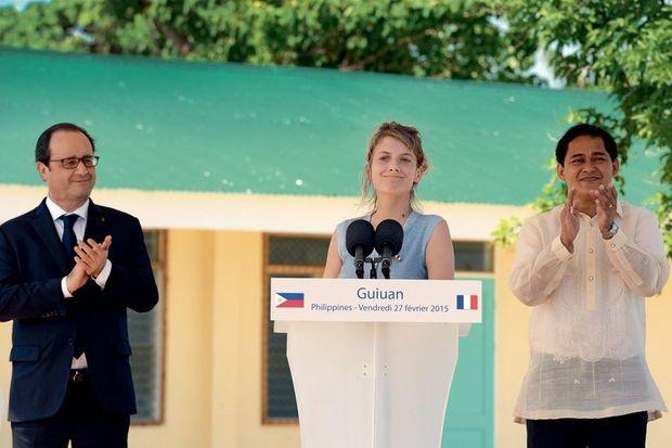 Mélanie Laurent prend la parole à Guiuan, vendredi 27 février, près du maire Christopher Sheen Gonzales.
