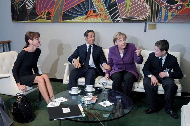 A New York, en 2010 Le président profite d'un discours à l'Onu pour retrouver son fils, alors élève du lycée français, et le présenter à Angela Merkel.