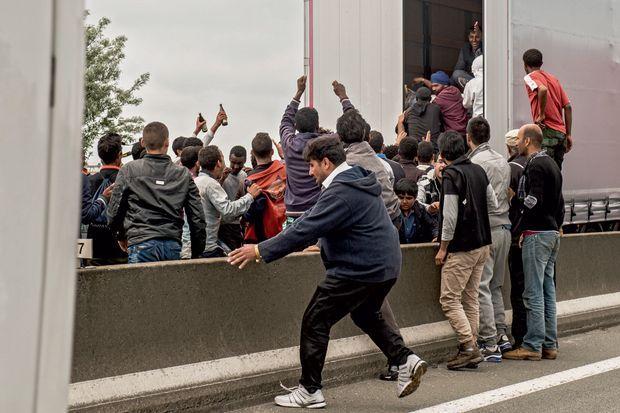 Calais, 17 juin. Un groupe d'hommes réussit à forcer les portes d'un véhicule et s'engouffre à l'intérieur.