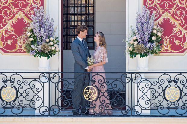 A l'issue de la cérémonie, qui a eu lieu devant 70 invités dans la salle des glaces du palais, samedi 25 juillet 2015. Beatrice porte une robe Valentino en mousseline de soie et dentelle or.