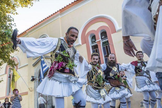 Pour interpréter le tsamikos, une danse guerrière, Nikos a revêtu le costume traditionnel pesant 40 kilos.