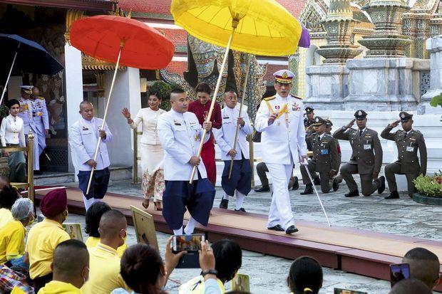 En route pour le temple du Bouddha d'Emeraude, au Grand Palais de Bangkok, pour honorer les célébrations religieuses de Makha Bucha, le 26 février 2021.