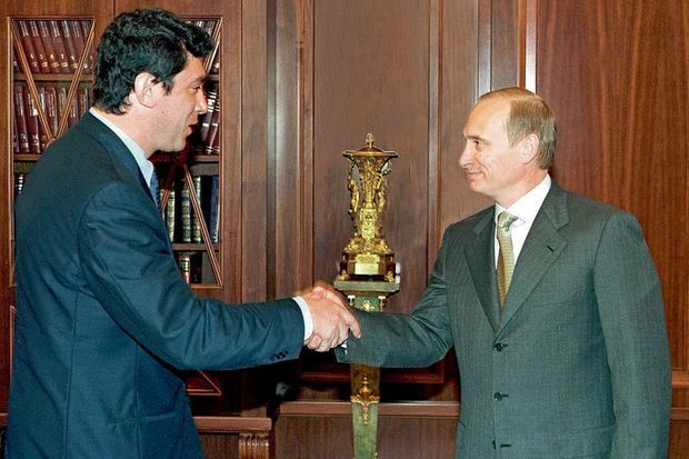 Au Kremlin, en juillet 2000. Nemstov dirige alors le parti libéral (Union des forces de droite) au Parlement. Poutine est président.