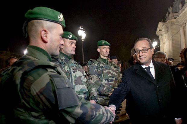 François Hollande a rendu hommage à la « bravoure » des soldats, policiers et gendarmes qui assurent la protection des Français.