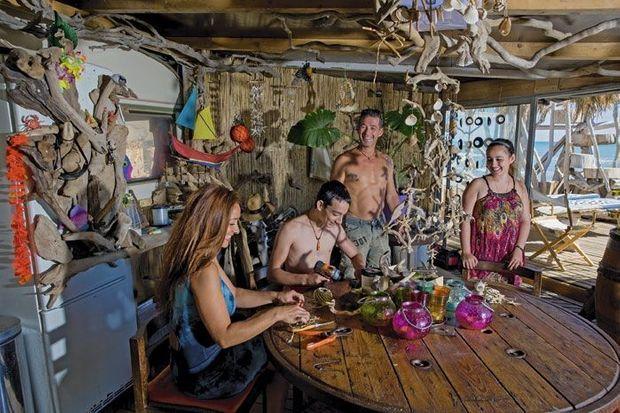 Bibi, propriétaire de boîte de nuit, avec Maria et ses deux enfants, Anthony et Marina.