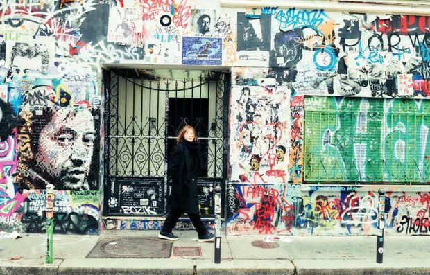 Devant le 5 bis de la rue de Verneuil, où elle a partagé la vie de Serge Gainsbourg jusqu'en 1980.