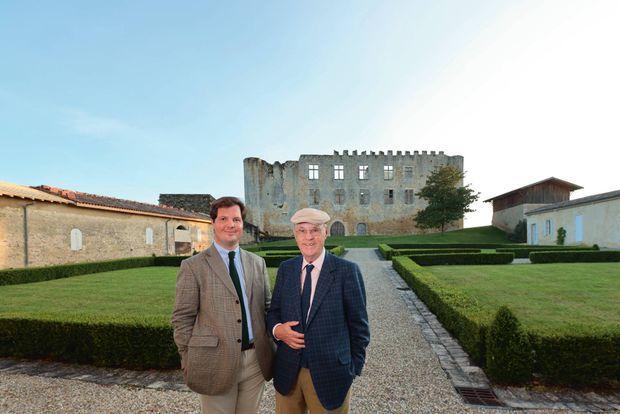 Philippe et son père, le marquis Alexandre de Lur Saluces, devant leur château construit en 1306.