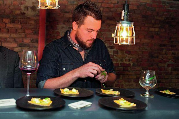 Florent Ladeyn, chef du restaurant Le Vert Mont et du Bloempot à Lille, travaille avec l'équipe du Recho.