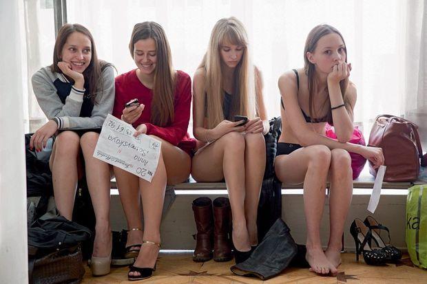 Les filles présélectionnées patientent avant un deuxième passage devant le jury. Ekaterina (blonde à frange) sera repérée par deux agences.