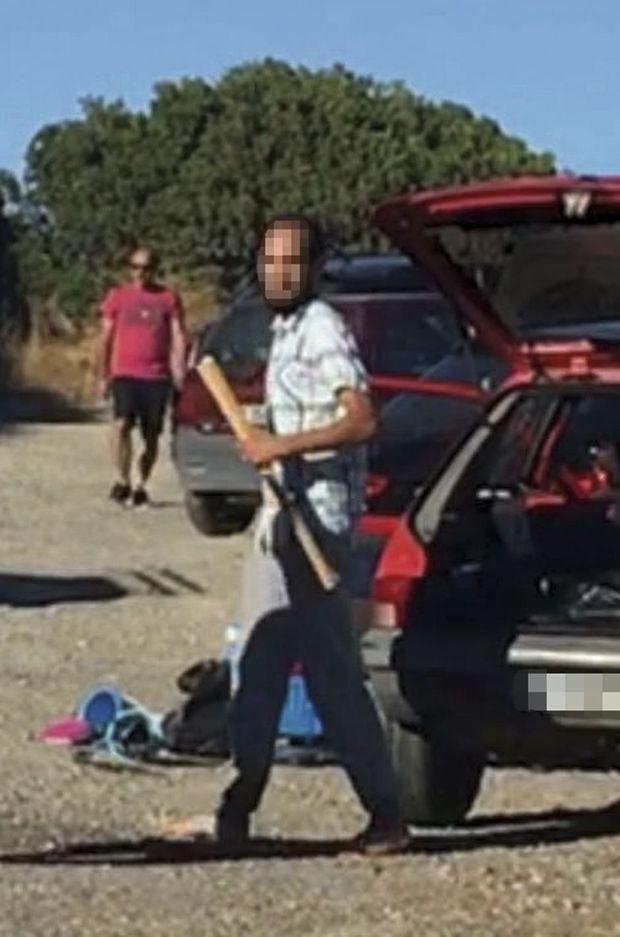Sur la vidéo d'un témoin, un des frères présents sur la plage vient de prendre une batte de base-ball dans son coffre.