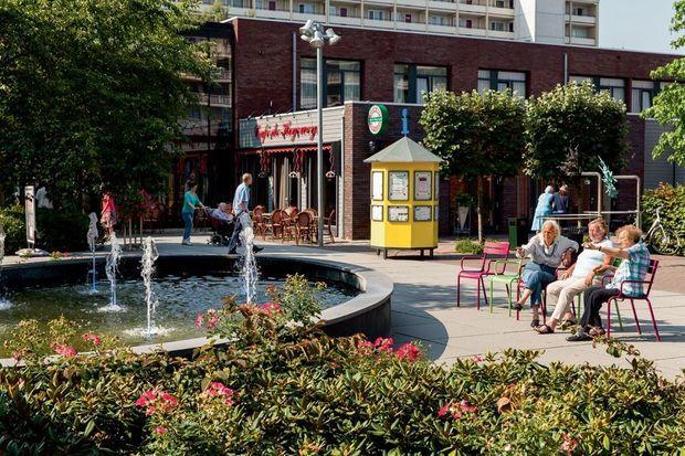 La socialisation est importante. Les résidents et les visiteurs se rencontrent sur la place du village, où l'on trouve un bar, un restaurant, un cinéma et un théâtre.