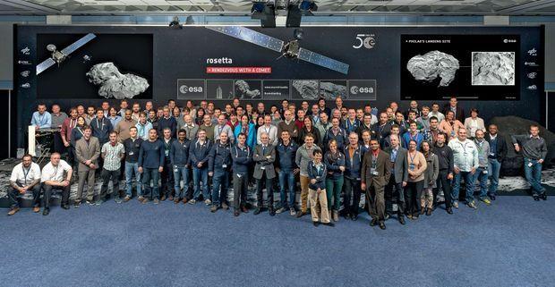 Le même jour, l'équipe de l'Agence spatiale européenne qui a contrôlé l'atterrissage de Philae au Centre européen d'opérations spatiales (Esoc) à Darmstadt, en Allemagne.