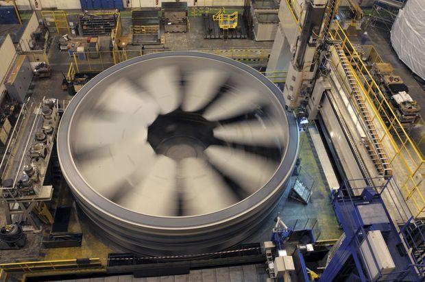 A Cherbourg, usinage de la face externe du rotor sur le tour vertical qui sert d'habitude à fabriquer les anneaux des sous-marins.