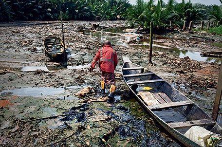 à Okikra, les fuites de pétrole ont pollué les eaux, privant les pêcheurs de leur gagne-pain