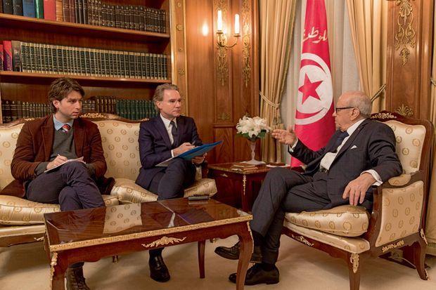 Le président tunisien a reçu samedi 21 mars Olivier Royant (au centre), directeur de la rédaction, et le grand reporter Alfred de Montesquiou, au palais présidentiel de Carthage.