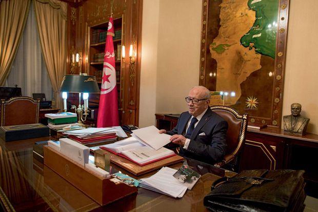 « Ce bureau, je le connais depuis trente ans. Tous les matins, je m'asseyais de l'autre côté, face à Bourguiba. » Béji Caïd Essebsi a changé de fauteuil mais garde dans son dos, comme une ombre, le buste du fondateur de la Tunisie indépendante.