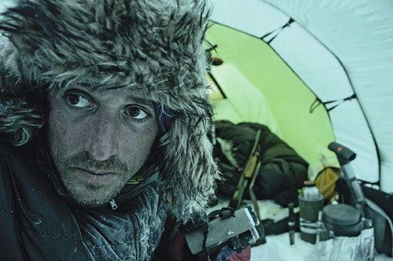 Vincent Munier, les traits tirés par la fatigue et le froid. Même à l'abri de la tente, impossible d'ôter vêtements et chapka.