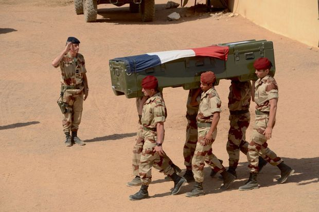 Hommage au caporal Cédric Charenton : son cercueil est salué par le général Barrera, à Tessalit.