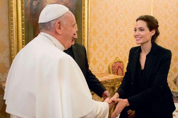 Célèbres ou fragiles, ils sont égaux à ses yeux. Avec l'actrice Angelina Jolie, reçue en audience le 8 janvier 2015. En bas, avec trois sans-abri et leur chien Snoopy devant le responsable des œuvres caritatives du Pape, Mgr Konrad Krajewski. Ils partageront le petit déjeuner du 17 décembre 2013.