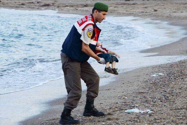 Un gendarme turc recueille le corps d'Aylan, le 2 septembre.