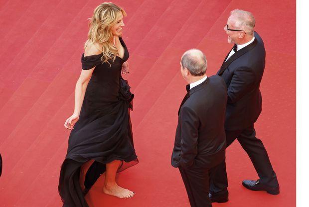 Julia Roberts (en Giorgio Armani Privé et Chopard) accueillie par le délégué général du Festival, Thierry Frémaux (à dr.), et le président, Pierre Lescure.