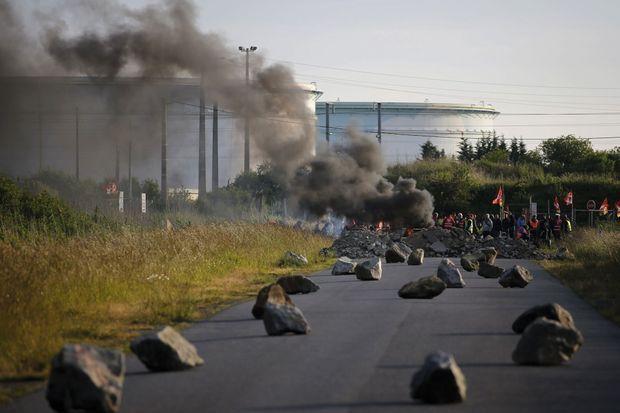 Blocage du dépôt pétrolier de Donges, près de la raffinerie Total, le 25 mai.