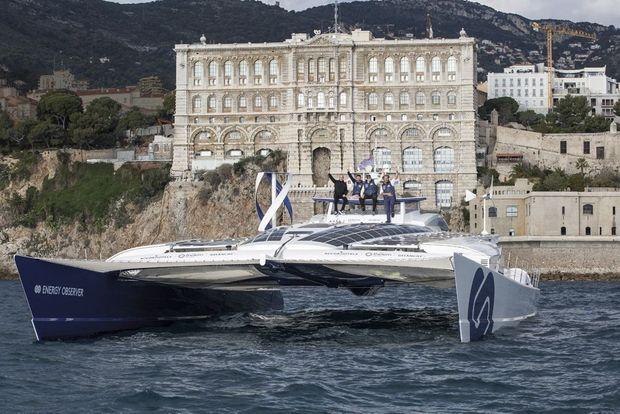«Energy Observer» vogue devant le Musée océanographique de Monaco. A son bord, de g. à dr., Bertrand Piccard, le capitaine Victorien Erussard, le prince Albert et Jérôme Delafosse, le chef d'expédition.