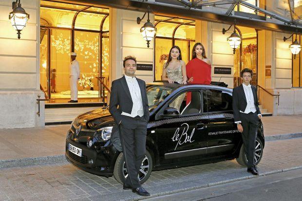 Pour carrosse, une Twingo. Devant l'hôtel Peninsula où aura lieu la soirée, Helena Alesi et Eléonore Cochin avec leurs cavaliers, Jules Verdet et Emmanuel Godfernaux. Renault est partenaire du bal.