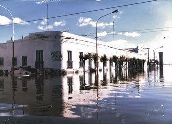 L'hôtel Azul, aux rondeurs Art déco, a sombré, tout comme les toits de tuile ocre pendant l'inondation. La sécheresse a mis à nu ces traces d'une prospérité naissante qui profitait des premiers touristes.