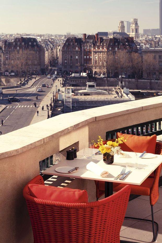De Notre-Dame aux Invalides, la brasserie offre une vue plongeante sur la Seine. A l'hôtel Cheval-Blanc, 8, quai du Louvre, Paris 1er.