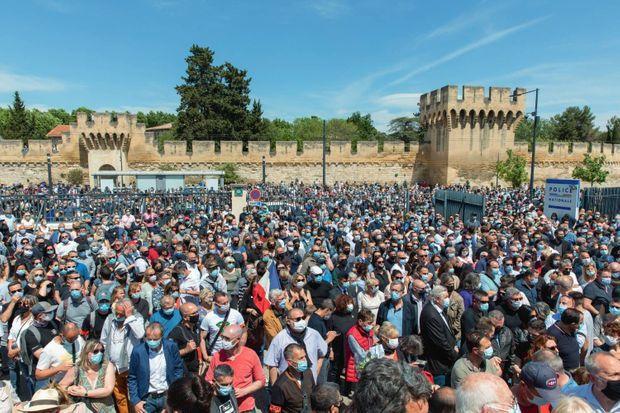 Des milliers de personnes rassemblées pour dire adieu au policier, devant le commissariat d'Avignon, le 9 mai.