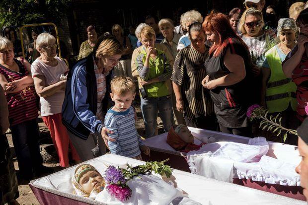 Le 26 août, les funérailles de Sacha et Kristina, tuées trois jours plus tôt dans le bombardement du quartier Kalininsky.