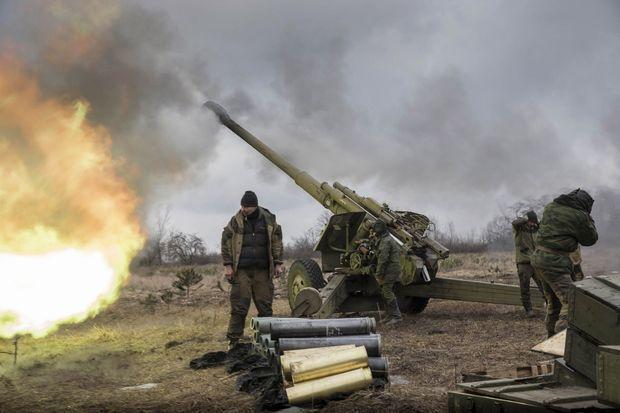 Au nord-ouest de Donetsk une batterie de 152 mm lance des obus de 47 kilos sur les lignes de l'armée ukrainienne.